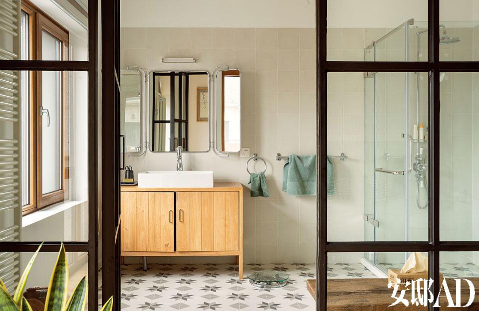 三层的一间浴室,组合化妆镜来自Ultima Parada,洗漱柜在北京定制,地砖定制于西班牙的Entic Designs公司,制作和图案都源自当地传统工艺。