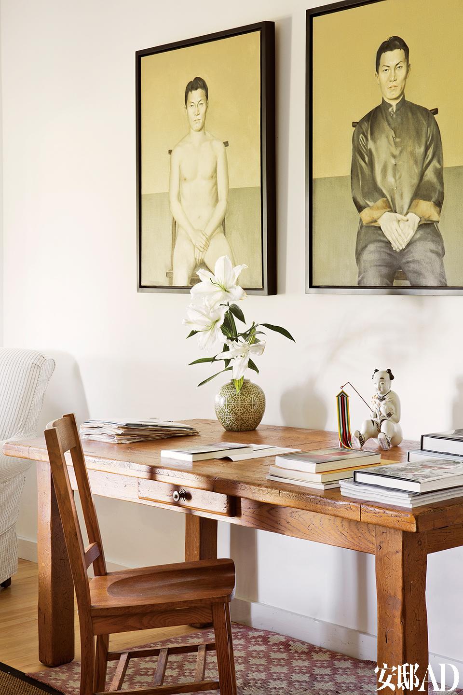 墙上是艺术家Raymond Han为Chris 画的两幅肖像。桌子来自Crate and Barrel。