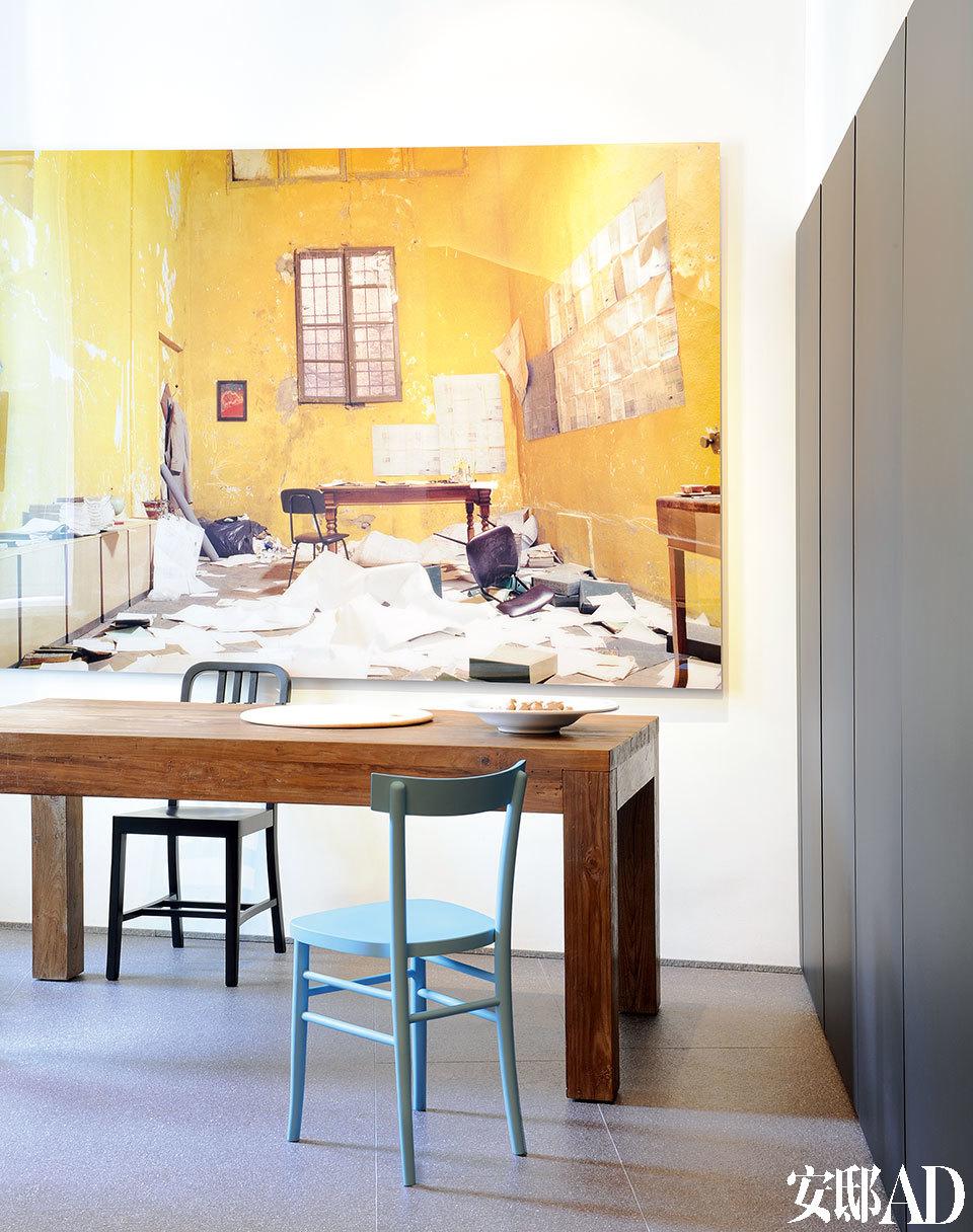 厨房里的一个细节展现出一丝俏皮,并不相配的两把椅子,分别为Horm的蓝色款Cherish和黑色款Emeco Navy。柚木餐桌是为Luca特别定制的。墙上的艺术品出自Kyle Bradfield之手。