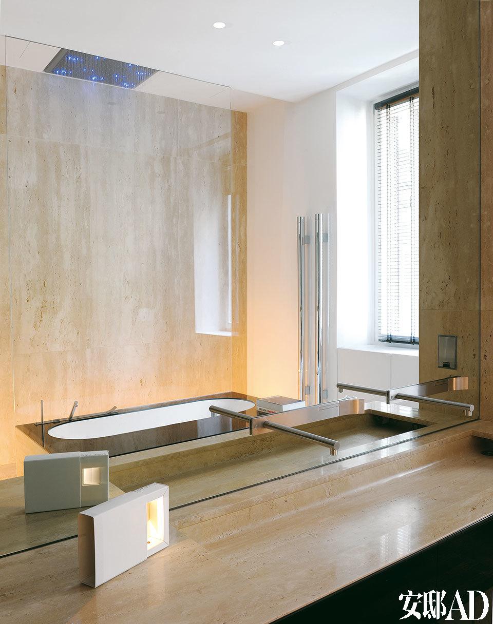 选用石灰华石料的浴室显得很经典,而搭配的卫浴设备又不失时尚,比如Marko的洗手池和Boffi的龙头。台面上还有一盏可充电式台灯,是Viabizzuno的创始人Mario Nanni赠送给Luca的礼物。