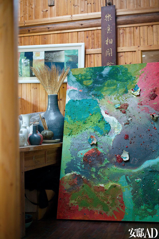 李见深的收藏室中保存着美国抽象表现主义艺术大师、现代陶瓷大师Jim Leedy使用综合材料创作的油画,画中加入了瓷片做装点。