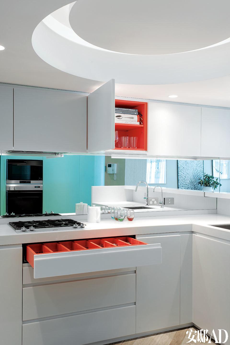 [After] 厨房色调仍以米白为主,顶灯的设计让2.4米的层高看起来并不那么局促。隐藏起来的抽屉和储物柜内部被调皮地漆成了粉红色。