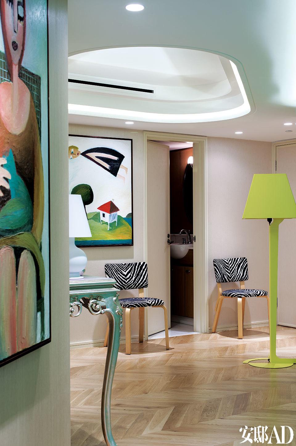 [After] Artek斑马纹座椅和Established&Sons的Fold T2系列落地灯为入口处的小客厅赋予了轻松明快的气质。