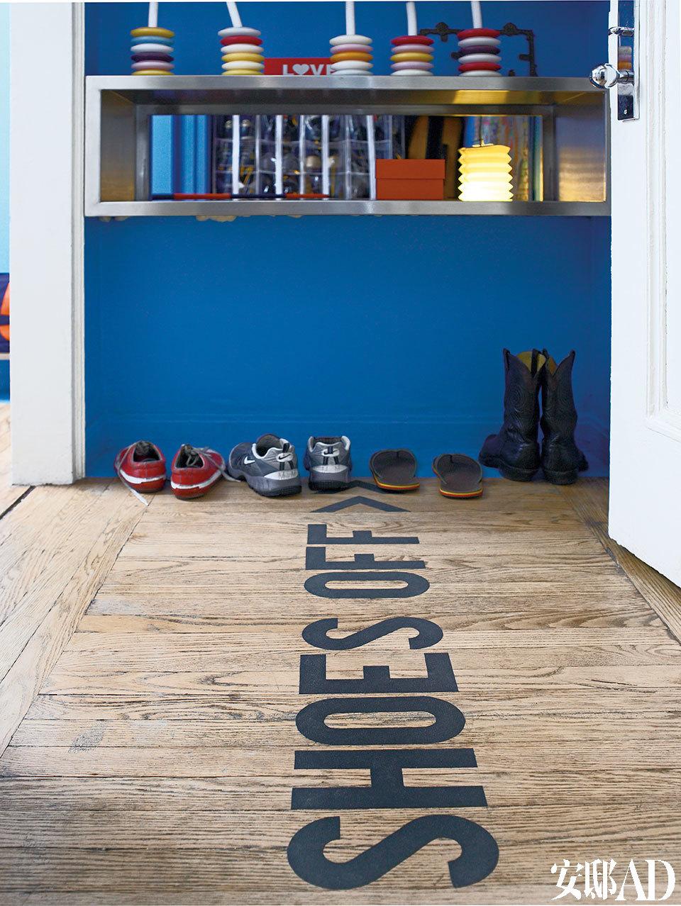 """地板上写着大大的""""脱鞋""""两个字,让来这儿的访客都能""""乖乖听话""""。"""