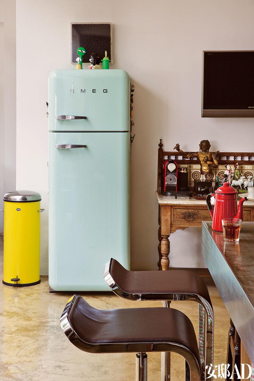 一层客厅里,绿色的SMEG冰箱和黄色的Vipp垃圾桶是女主人喜欢的颜色。