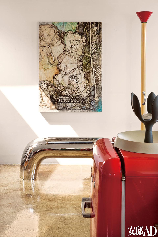 墙上是卜镝留存的自己早期的油画作品,与国内外设计产品和睦相处。
