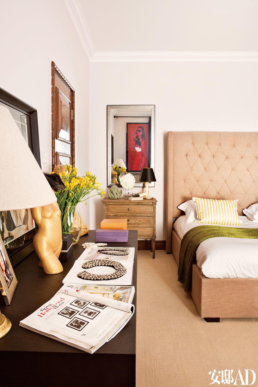 """""""迁居过太多的城市,家对我来说,就是有我爱的人和爱我的人的地方。""""卧室里,Michael以Cathy为模特创作的艺术品成了家中最独特的装饰品,是卧室的主角。"""