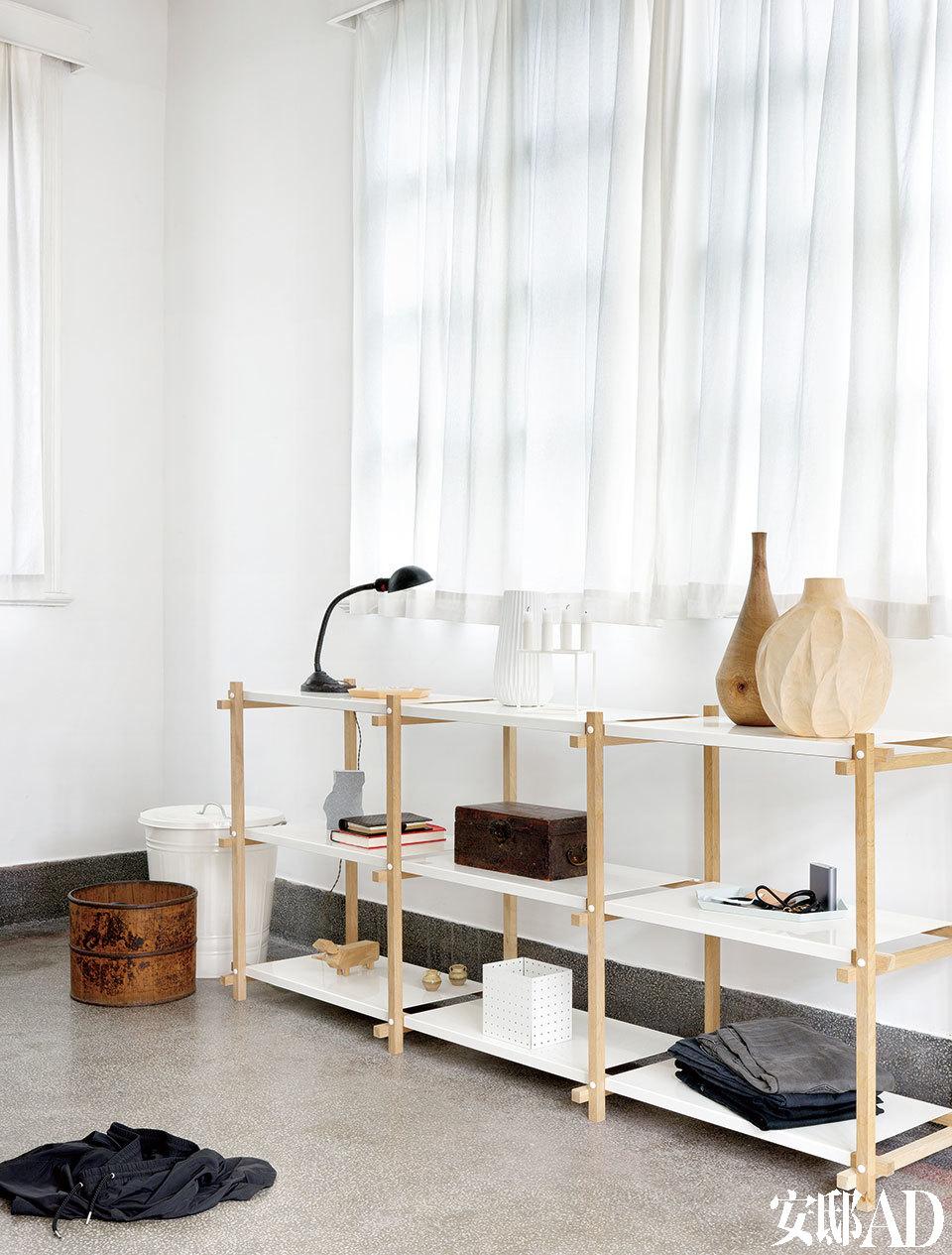 卧室的收纳功能虽然不强,这张小架子是唯一能放小物品的地方,但反而也因要保 持家里摆设简单,减低了购买欲望。