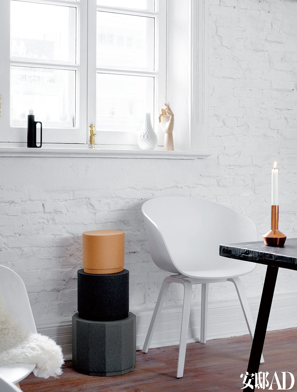 光线是最好的化妆师,来自丹麦品牌HAY的椅子在光线装点下仿佛静物写生画。
