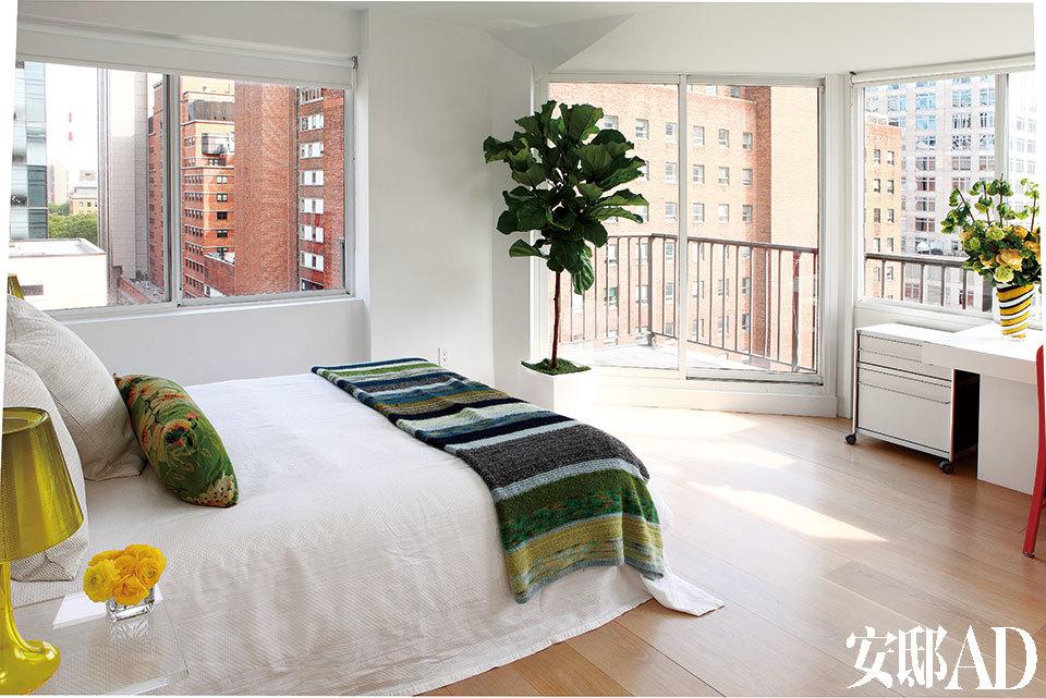 女儿卧室的大面积落地窗提供了绝佳的观景角度。
