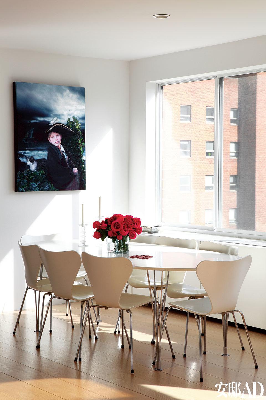 餐厅中,白色的Elipse餐桌由Bruno Mathsson设计,来自Fritz Hansen。墙上挂着Cecilia儿子的艺术肖像。