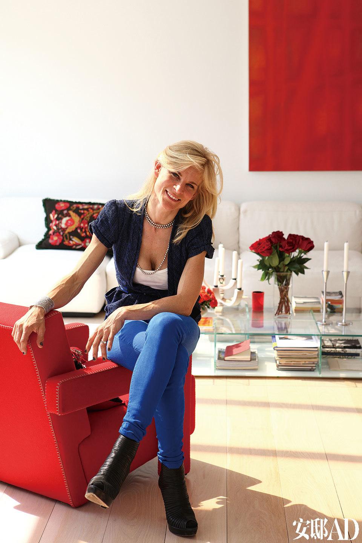 主人: 瑞士女设计师Cecilia Dupire出身名门,从儿时起便经常往返 于世界各地,丰富的生活经历为她带来了无限的设计灵感。她毕业于斯德哥尔摩Enskilda Gymnasiet高中的艺术专业,随后游学维也纳歌德学院和伦敦摄政美国学院,最终获得室内设计学位。她曾与扎哈∙哈迪德事务所的高级设计师、普利兹克 建筑设计奖的首席顾问Philip Michael Wolfson一起工作。Wolfson是她的良师,经常给她极富价值的建议。目前Cecilia既是建筑师又是室内设计师,还是家具品牌Zig by Cezign的联合创立者。她和丈夫Bruno Dupire(Bloomberg彭博资讯集团的定量金融研究员、讲师兼定量研究总负责人)以及一双儿女现居曼哈顿,一家人经常往返于纽约和英国的南安普顿。