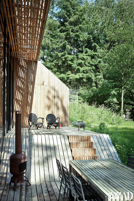 户外露台的设计实现了从室内到室外的完美过渡,天然木材的运用将自然与建筑完美融合在一起。