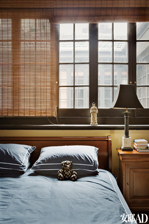 两间卧室都选择了沉稳安静的色调。