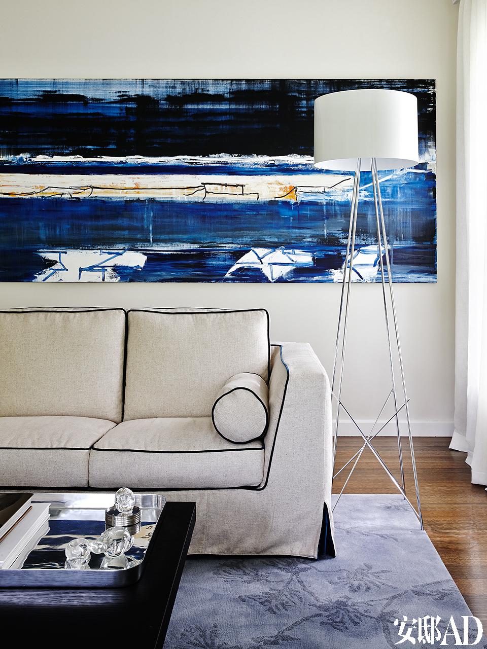 澳大利亚抽象表现派艺术家John Firth-Smith的作品《Storm Light》为客厅提供了蔚蓝的主色调,人造丝和亚麻布料的Lutetia Vestis沙发为Maxalto品牌,白色落地灯Ray来自Flos。Nexus Design设计事务所的创意总监SoniaSimpfendorfer女士和地毯艺术家Bibi Viro为该居室定制了竹纤维和羊毛混纺的地毯。