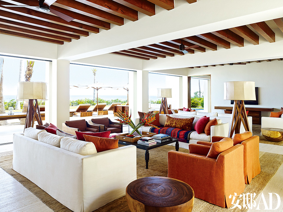 辛迪家超大的起居室与户外泳池相连通。天花板用了木条装饰,麻布沙发椅来自Libeco,三叉落地灯是从Richomme定制的,复古靠枕和毯子来自 John Robshaw,地毯来自Lawrence of La Brea。