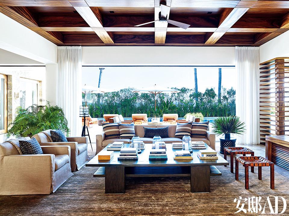 克鲁尼的起居室也十分宽敞,围绕着鸡尾酒桌的沙发、坐凳和Casamidy坐椅,设计均来自SL Westwood Design。落地灯由Alison Berger设计,来自HollyHunt,条纹抱枕的面料来自Ralph Lauren Home,窗帘的亚麻面料来自Holly Hunt,地毯则来自Lawrence of La Brea。