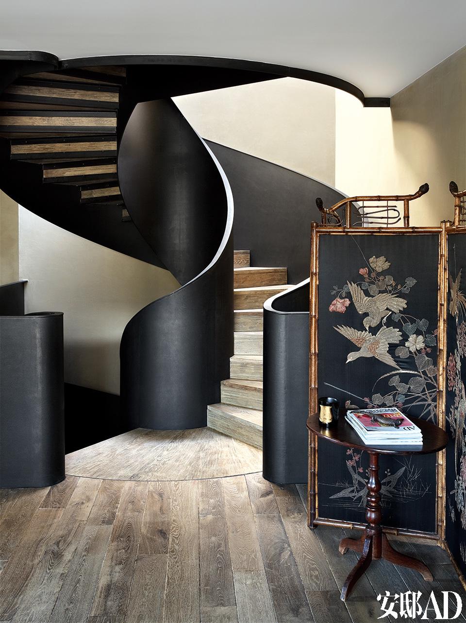 中式屏风好似神来之笔,恭敬地站在大门口楼梯入口处,欢迎着走进家里的每一个人。楼梯旁是19世纪东方风情屏风,屏风前的19世纪法式小圆桌为同样风格。
