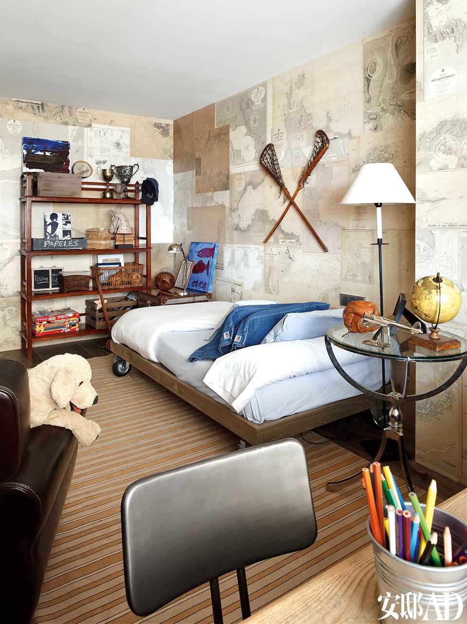 """主人儿子的房间里有一面""""地图""""墙,橱架来自一家名叫IndianPacific的小店。圆金属桌、条纹地毯和墙上的球拍均购自Azul Tierra。床是由当地一名木匠设计的。"""