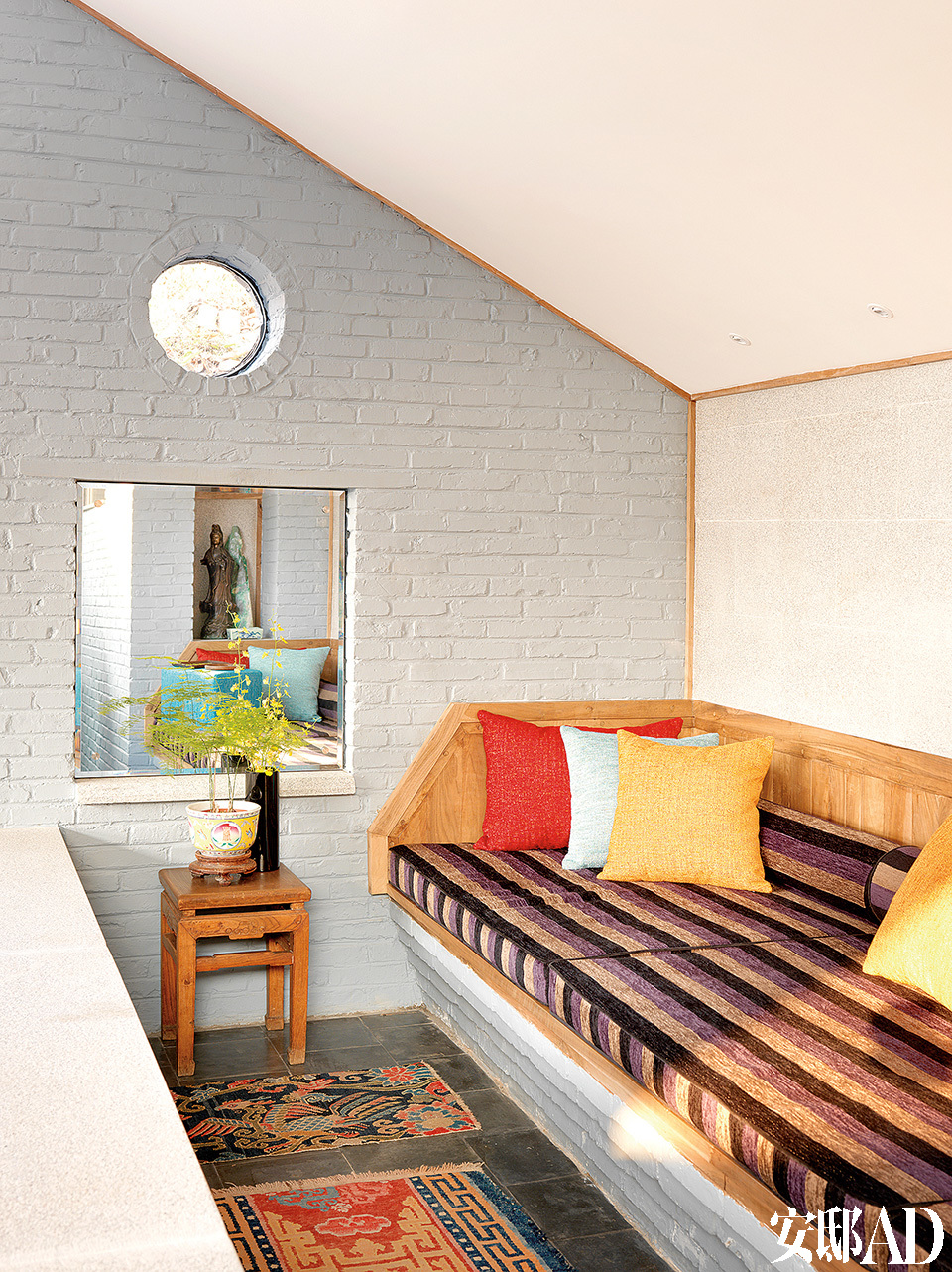 新起居室隔出来的小小的二层,很温馨的一个角落,可以在这里休息阅读,也可以欣赏后院里的风景。