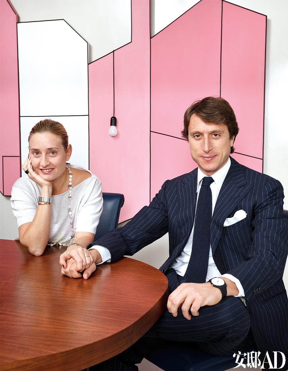Matteo与美丽的妻子坐在餐桌旁。