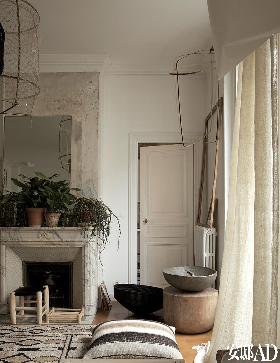 """""""我的灵感总是来自于有机的形态和手工制作的物品。小时候我玩的是土、石子儿、羽毛、木片,我会用这些自己做玩具。""""起居室另一端:摩洛哥地毯和木头凳子均由摩洛哥Ay Illuminate的Honore手工制作出品。羊驼毛条纹大靠垫来自秘鲁,大件陶瓷艺术品来自Fernando Casasempere。"""