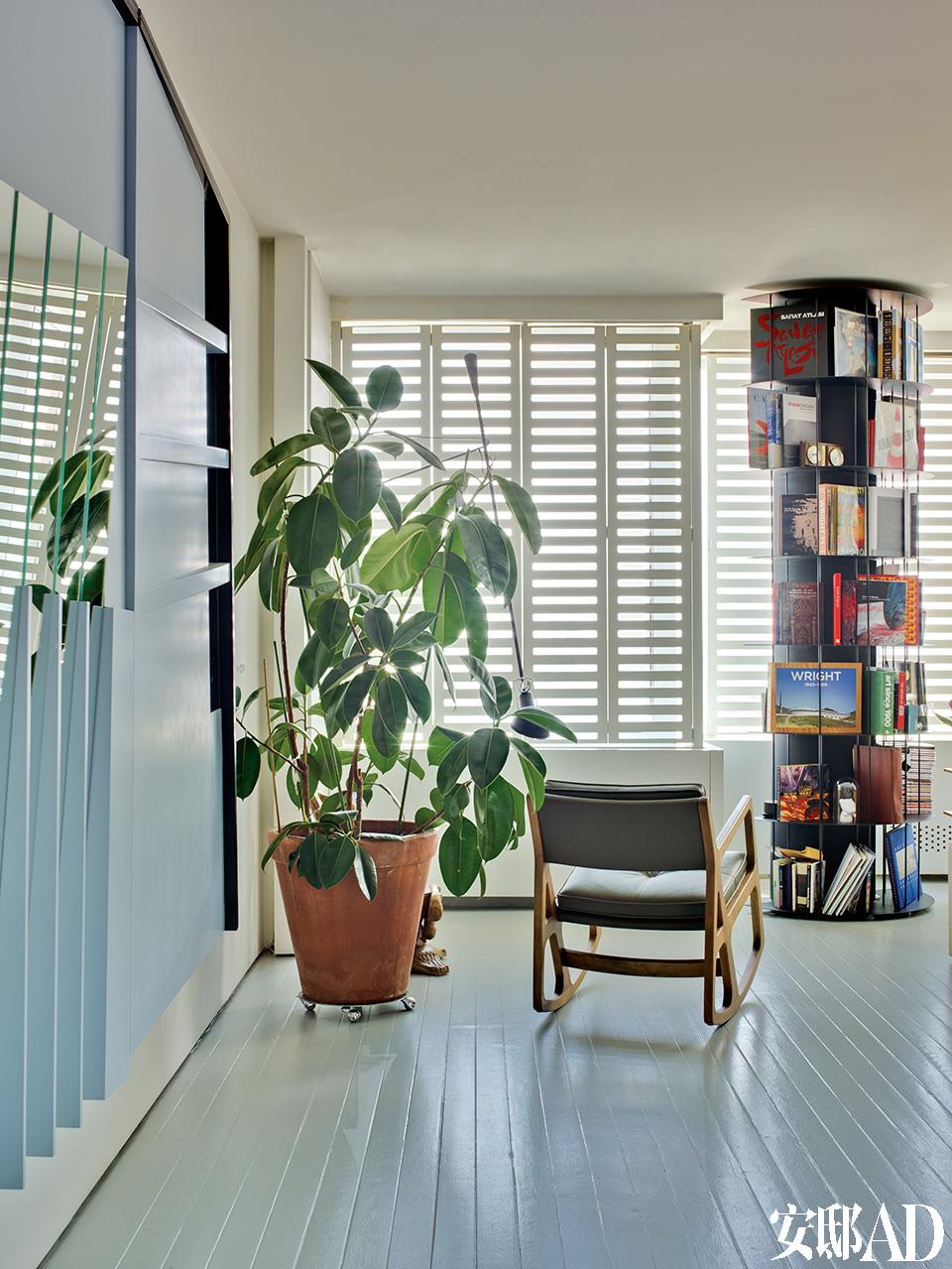 书架旁的扶手摇椅出自SleepyRocking。