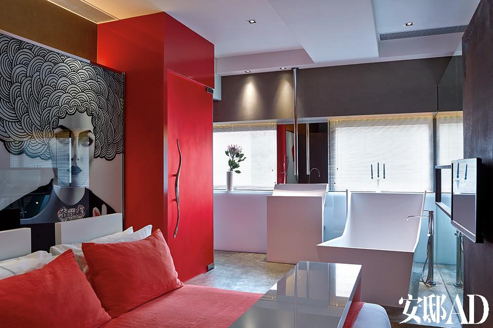 豪华的开放式卧室和浴室带给人一种酒店套房的氛围;红白两色让这里充满时代新鲜感。定制的大床上使用了Merci Paris的床上用品。