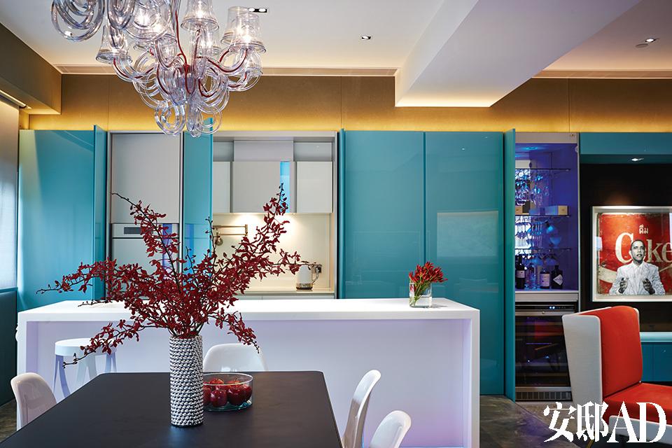 厨房电器由Karim Rashid使用MoodLite技术为Gorenje设计。有从天蓝色到粉红色的多种色彩选择。不使用时,玻璃幕墙橱柜可以把它们很好地隐藏起来。