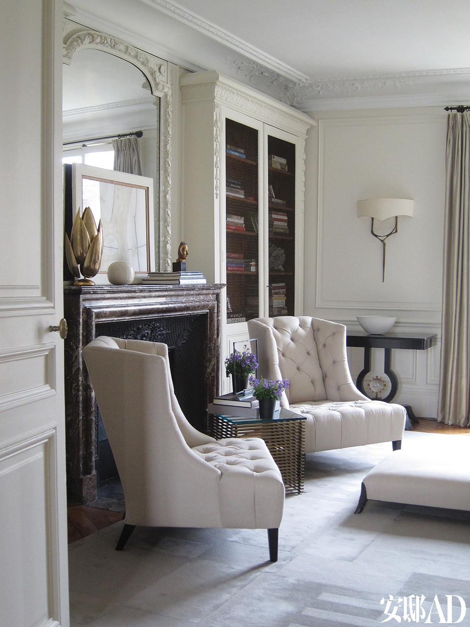 "after 前客厅的另一侧基本保持着改造之前的模样,只是变得更加明媚而丰满了。一对单人沙发上面覆盖着Donghia的浅灰色亚麻布料,它们和后面靠墙的 ""Lens""边桌同样出自Thomas Pheasant STUDIO。"