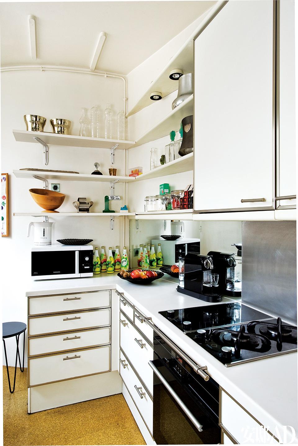白色调的厨房是主人自己的设计。