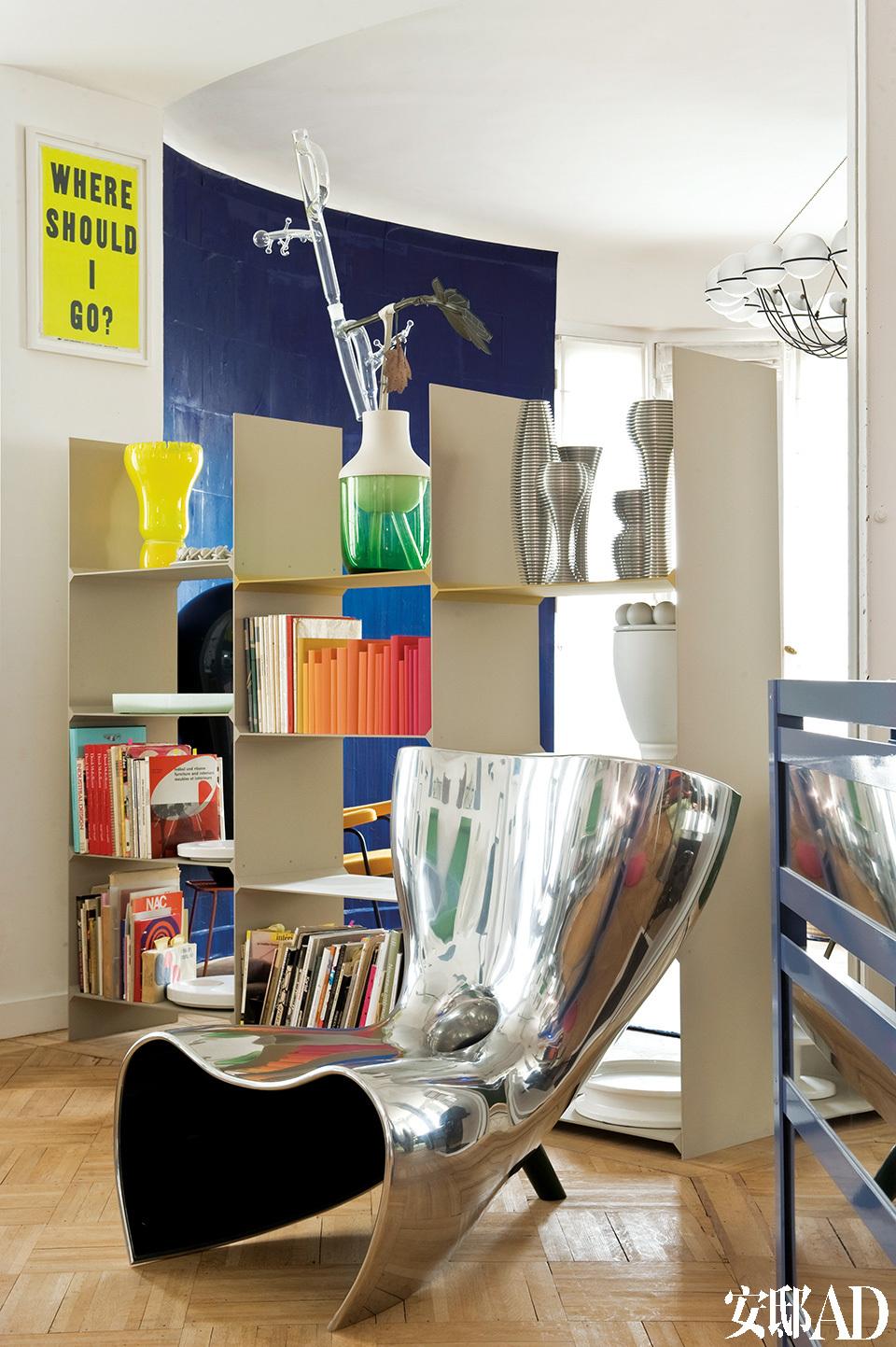 """银色椅子""""Alufelt""""是Marc Newson的作品。书架""""T3""""来自设计师Martin Szekely,架子上的花瓶分别来自Hella Jongerius、Andrea Branzi和Martin Szekely。"""
