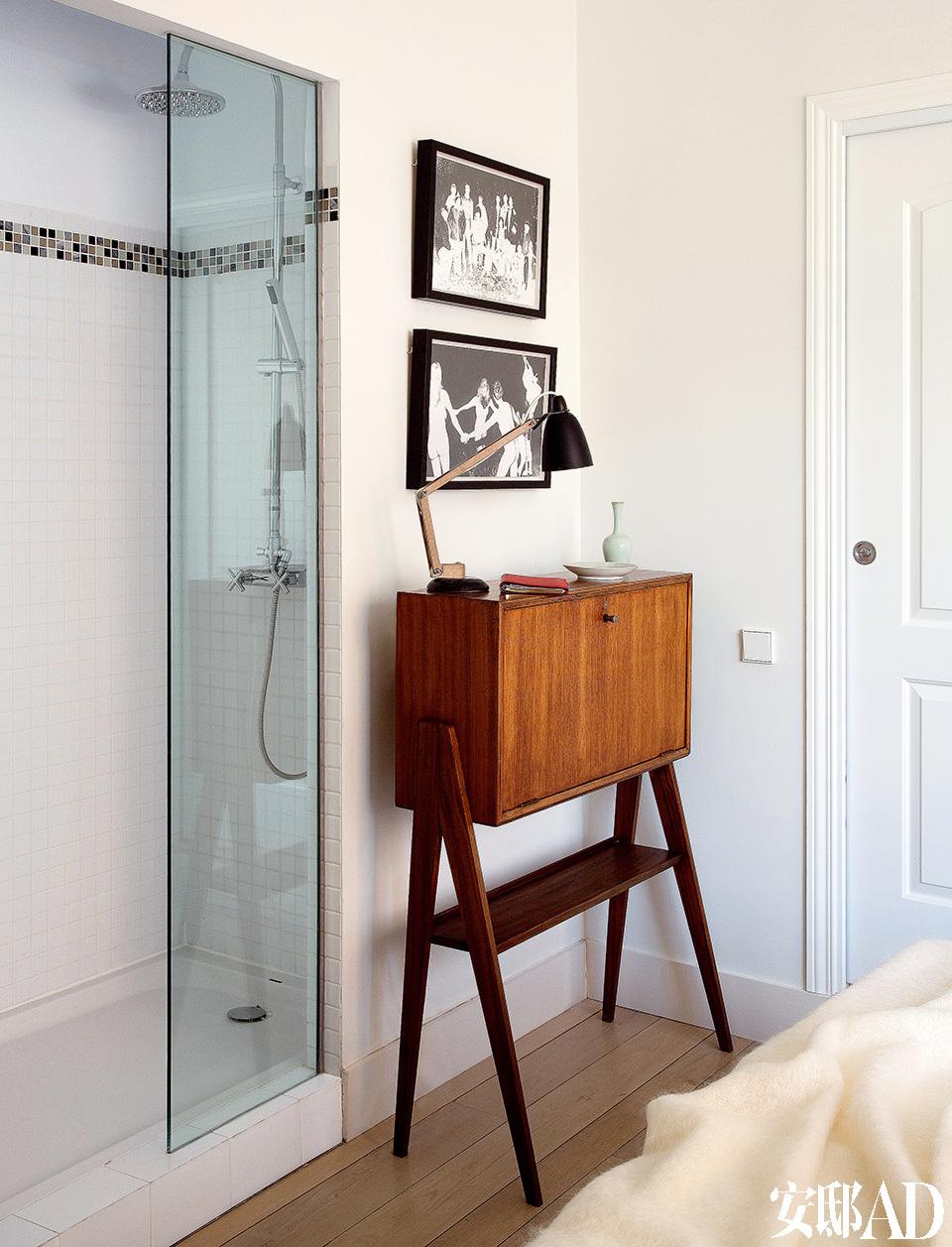 卧室墙角立着Amapola的柜子和可弯曲台灯。