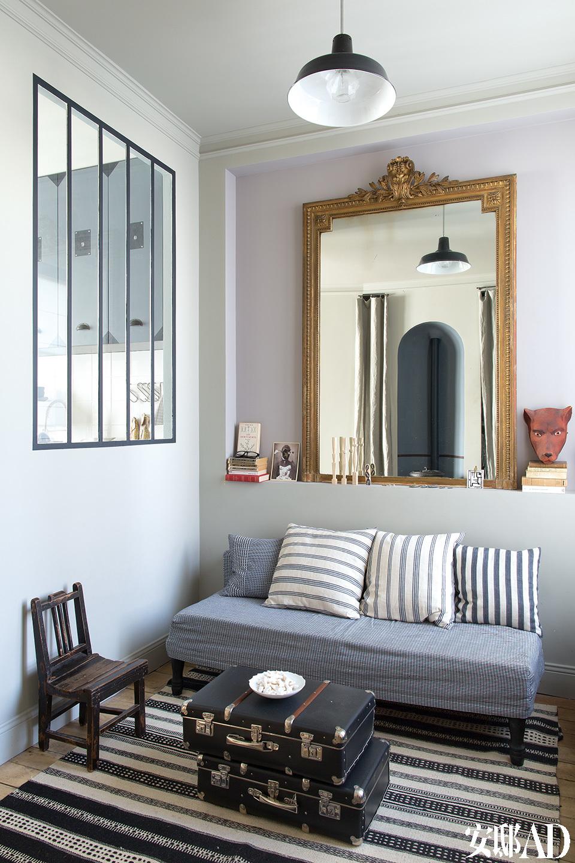 客厅中,天花板上的金属灯来自Les Nouveaux Brocanteurs,沙发和靠垫的纯棉面料来自非洲纺织品店Tensira,行李箱购自巴黎的Merci生活概念店,复古的中国小椅子购自布鲁塞尔, 民族风羊毛地毯在北非加工制作。墙上19世纪晚期的镜子从Marianne和丈夫位于巴黎的公寓中搬过来,购于Robin刚刚出生时。