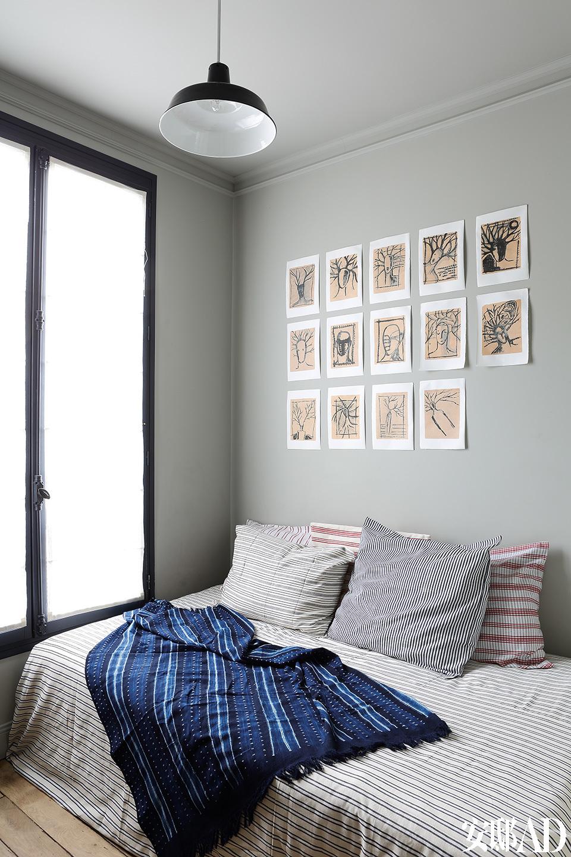 卧室中的麻布床单、棉沙发套和靠枕面料均来自非洲的Tensira,墙上挂着的印度墨画都由Franck创作。