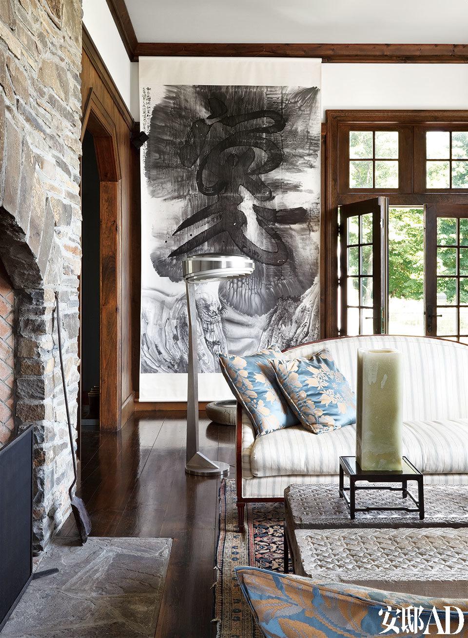 沙发是女主人Kathryn自己设计的,简单的曲线靠背和灰白条纹也是让人放松的选择。