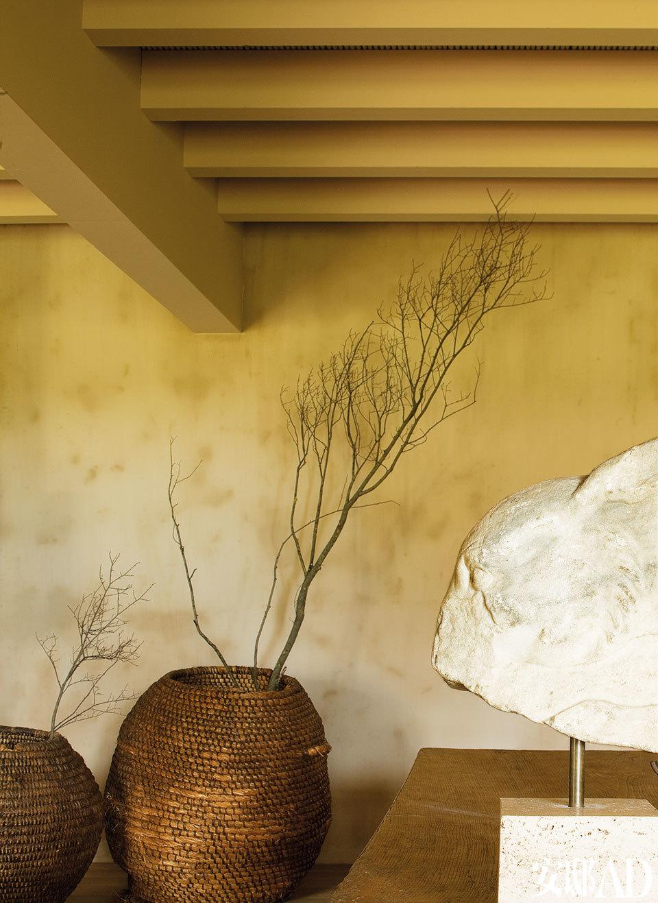 主人夫妇热爱干净简约之美,当然,还要带一点禅意。客厅的一处细节。这两个位于壁炉旁的植物纤维编织篮是在小镇集市上采购来的。