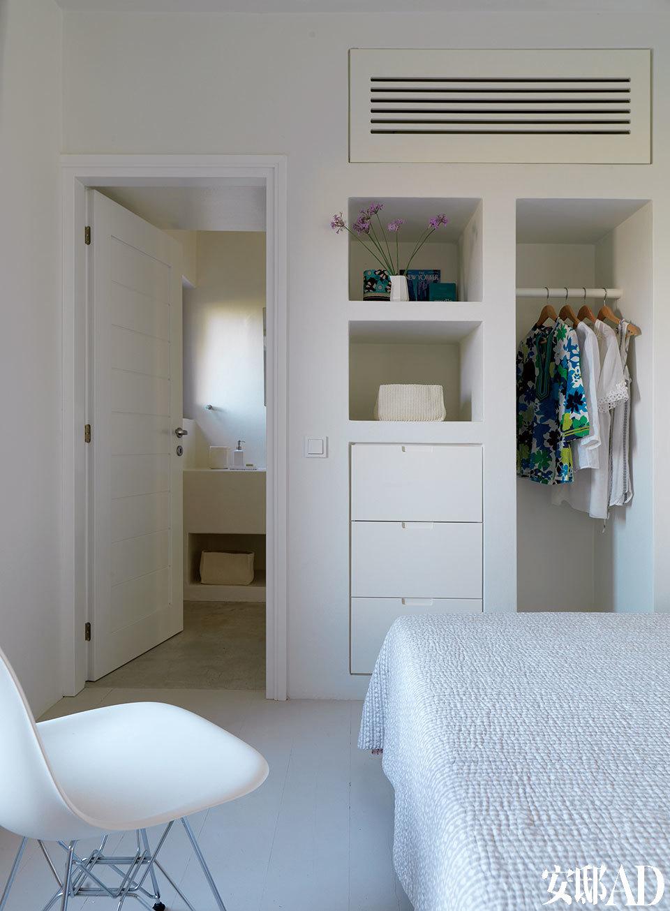 位于主层的一间卧室,嵌入式衣橱节省了不少空间。