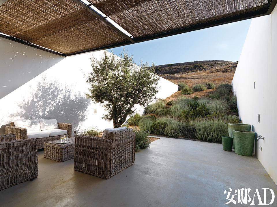 户外休闲区几乎与自然融为一体。