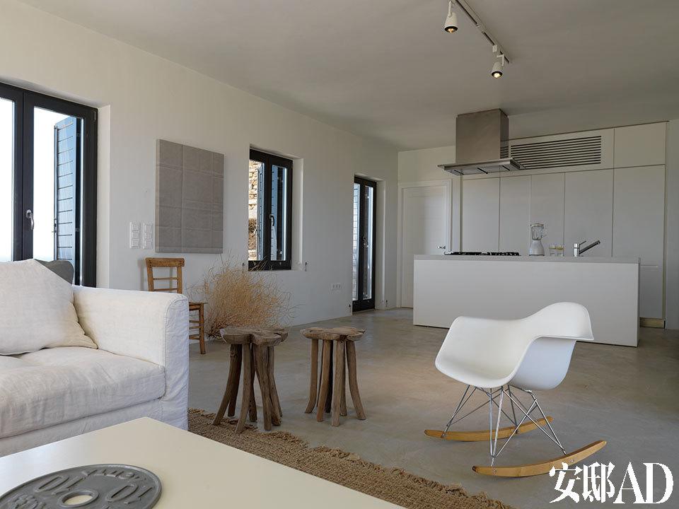 开放式厨房与客厅共享同一个空间,远处墙上的丙烯画作《FoldPainting IX》出自Tauba Auerbach之手(2009)。