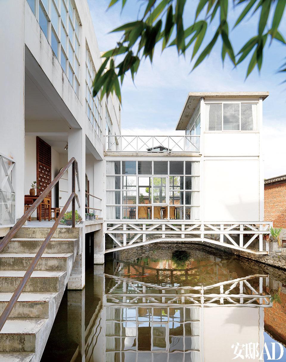 这个房子真的就建在池塘上,大理蓝蓝的天倒映在清清的池水里。