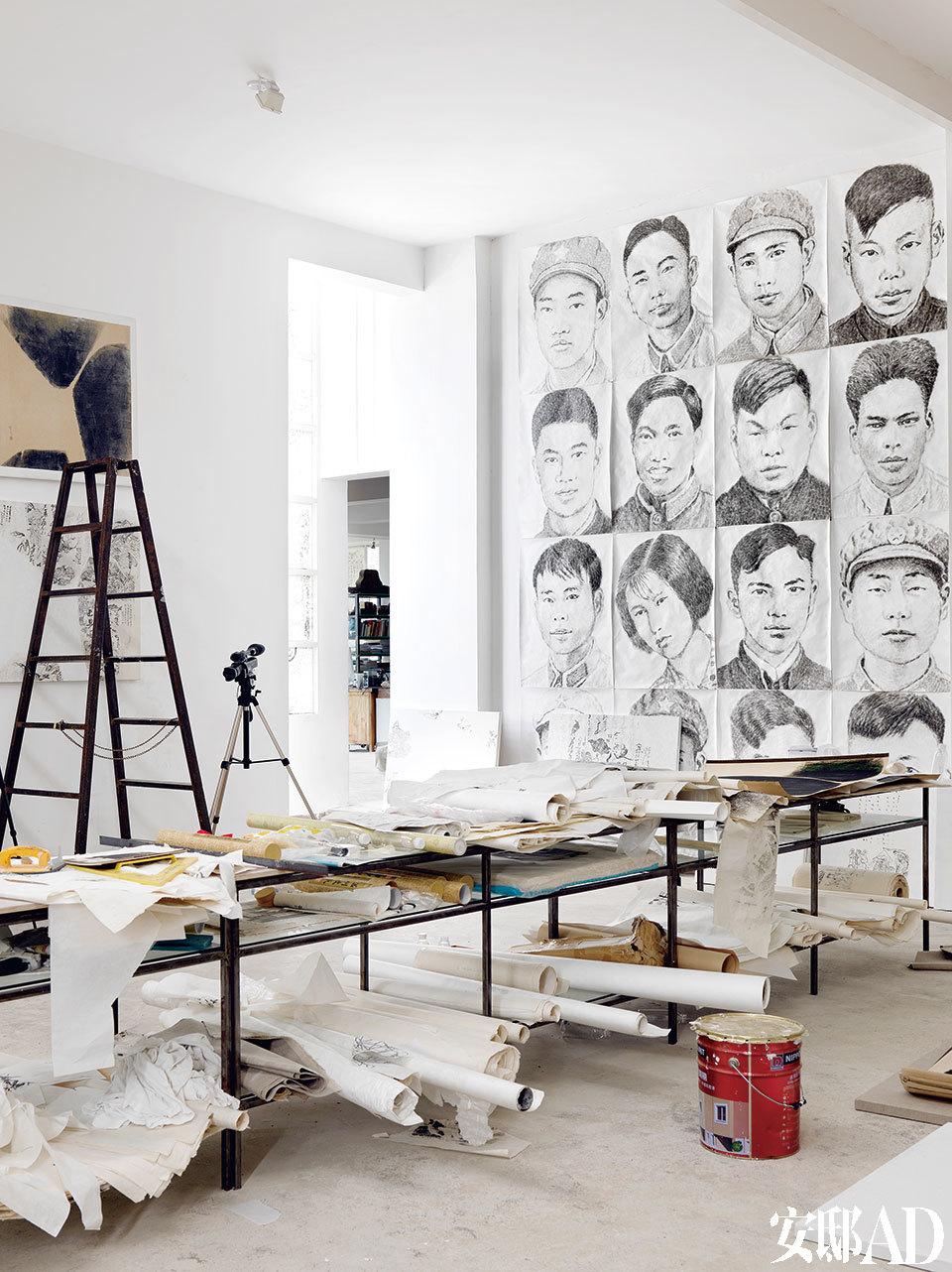 二楼工作室,右墙上是韩湘宁自2006年开始创作的水墨人像《60青年》,左墙上是韩湘宁上世纪60年代的抽象画,目前正与女儿韩仪的画重新组合。