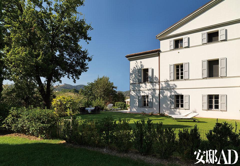 经过翻修的17世纪乡村宅邸显出简朴和静谧的气息,它面前是400平方米的私人花园,更远处能看到秀美的亚平宁山脉。