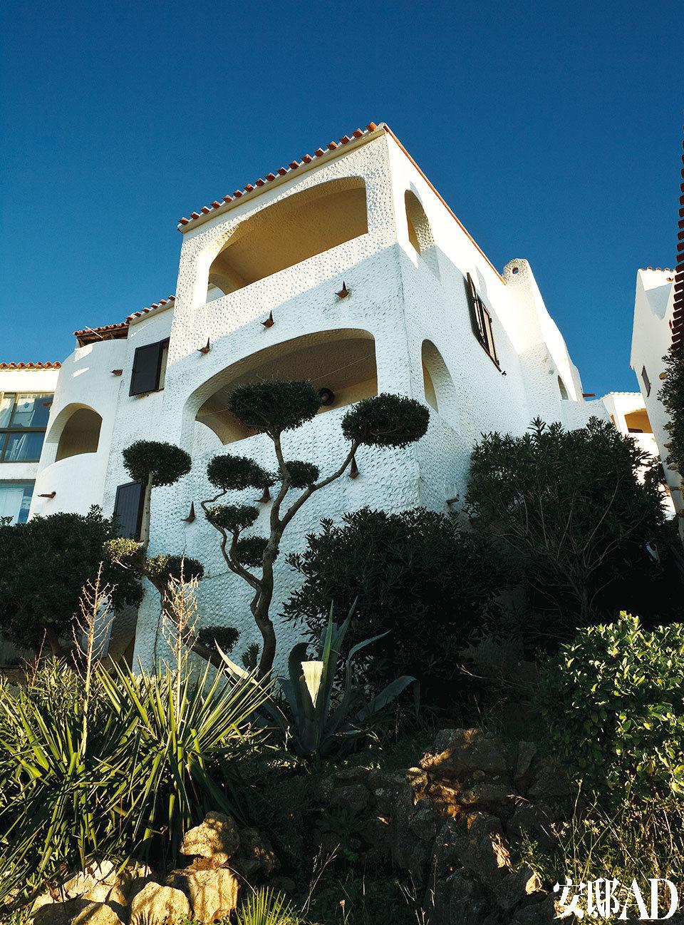 本土建筑的白色外衣与地中海特有的湛蓝天空形成对比,她们各不相同却又统一着。