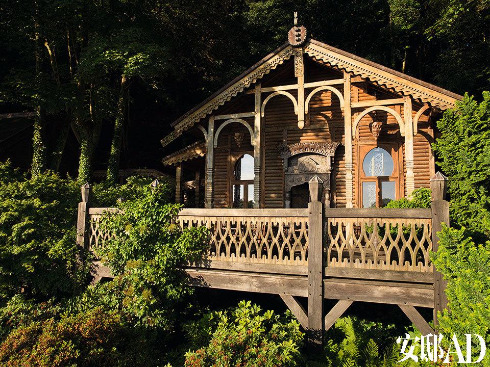 用原木建造,以浮雕细工为特色, Jacques Grange的设计灵感来自于19世纪的花边式农舍。