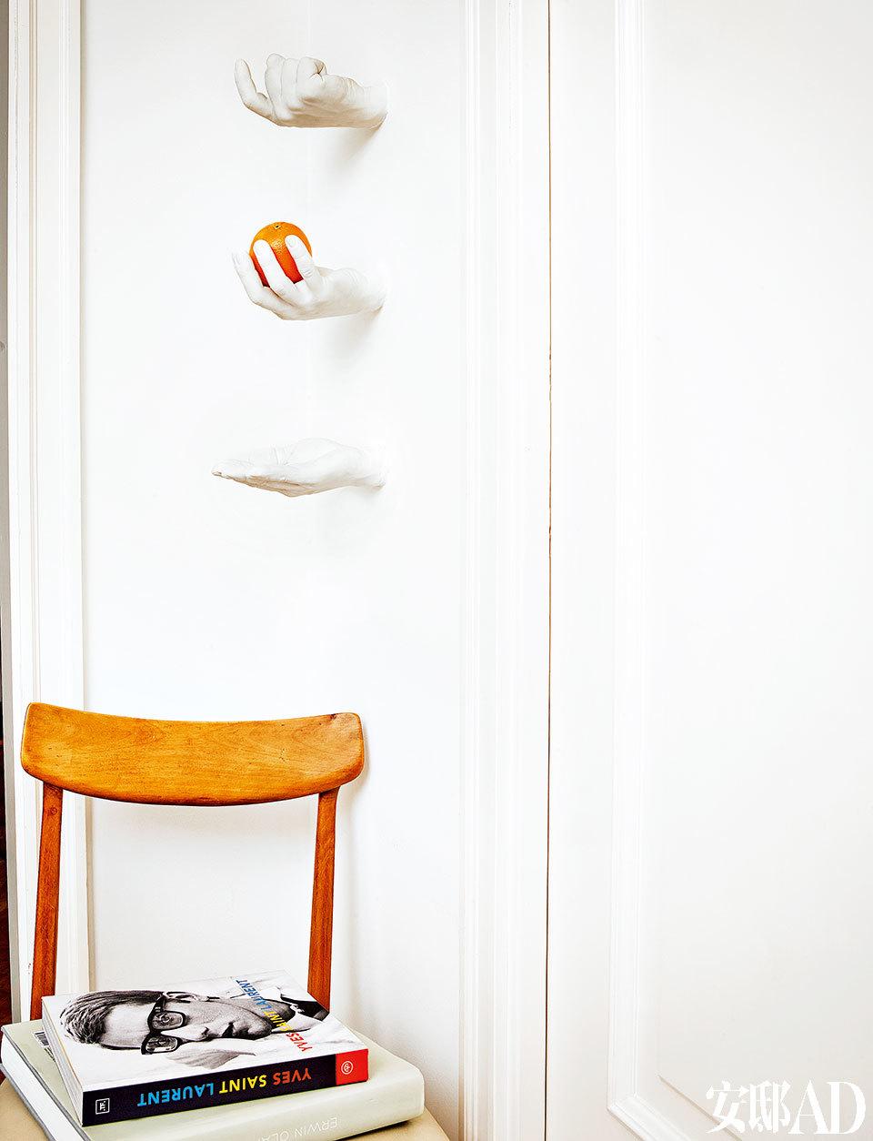 左边是Montse在街上偶然碰到并买下的椅子,墙上的树脂手是Harry Allen的作品。