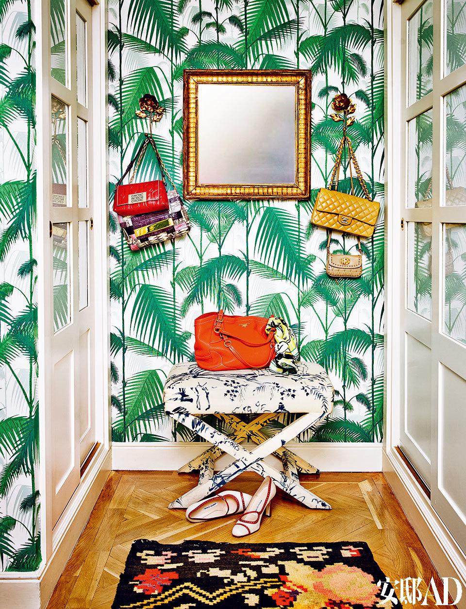 在棕榈叶墙纸的映衬下换衬衫,会带给人一种热带度假的明媚心情。更衣室不久前经过重新设计,原先的纯色墙漆被替换为Cole & Son的棕榈叶墙纸。Gastón Y Daniela的凳子和Petit Point的阿根廷地毯相映成趣。