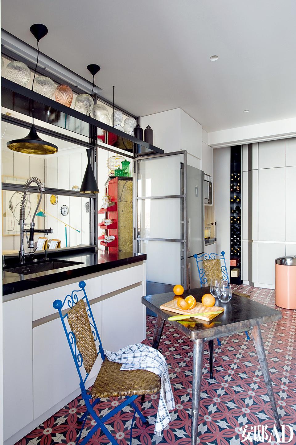 在厨房里,Tolix的桌子购自El Teatro De Los Sue?os,折叠椅购自比亚里茨。液压地板是Mosaic Del Sur的。
