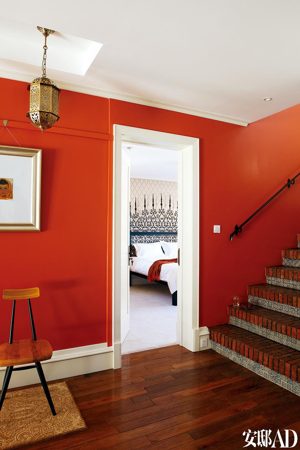 二楼的公共空间延续了温暖的色彩,砖红色墙漆与一层的地面砖相呼应。