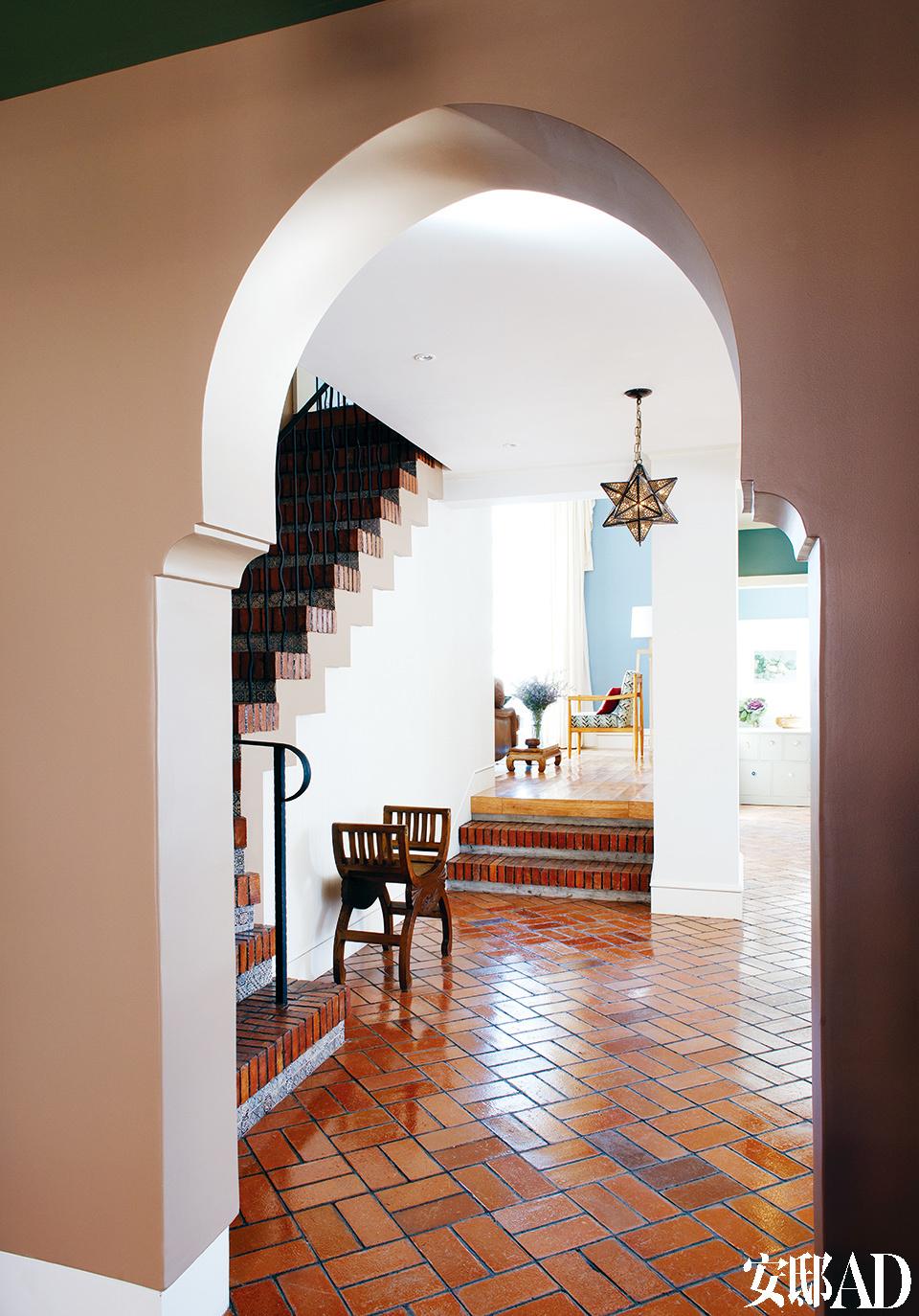 玄关处能看到一个伊斯兰风格的圆形拱门,恰如其分地点明了这个家的整体气质。
